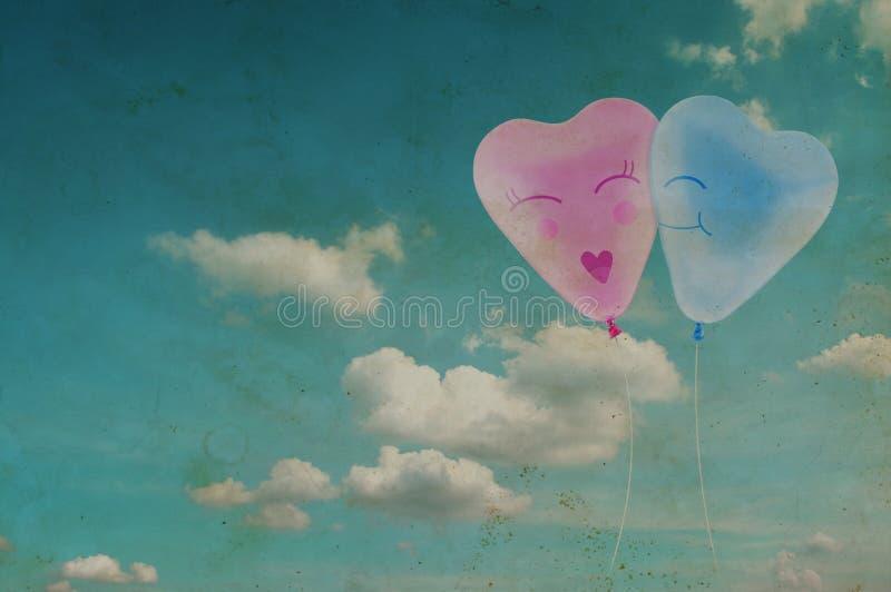 Miłości serca balonu kobieta na niebieskiego nieba tle i mężczyzna royalty ilustracja