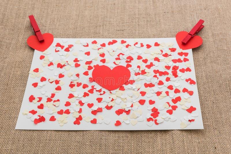 Miłości walentynki serca i czerwieni klamerki zdjęcie royalty free
