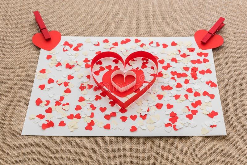 Miłości walentynki serca i czerwieni klamerki zdjęcia stock