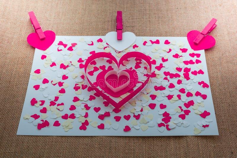 Miłości walentynki serca i czerwieni klamerki obrazy stock