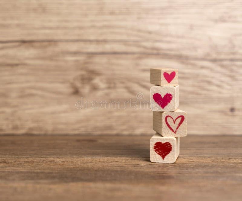 Miłości wiadomość pisać w drewnianych blokach zdjęcia stock