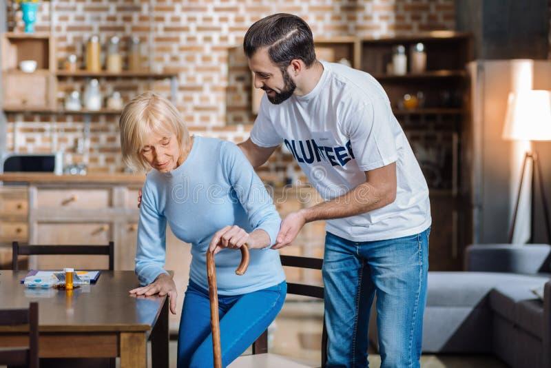 Miły baczny ochotniczy zachęcanie starsza kobieta obraz royalty free