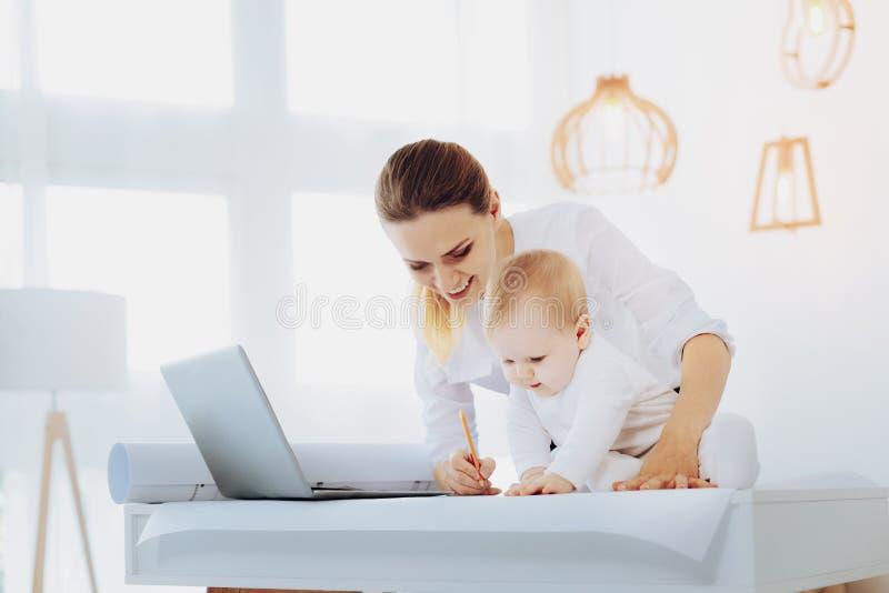Miły dziecka obsiadanie na stole obraz royalty free