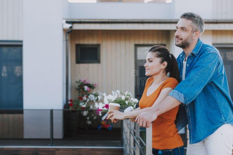 Miły kochający mąż, który uwija żonę na ganku zdjęcia royalty free