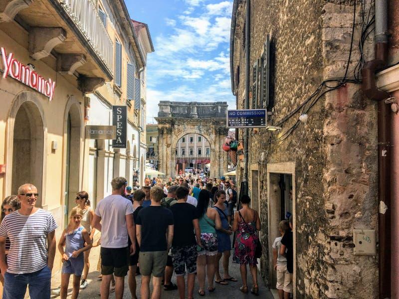 miły letni dzień w mieście Pula, Chorwacja, z triumfalnym łukiem Sergów w tle fotografia stock