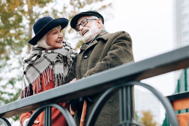 Miły siwowłosy mężczyzna opowiada jego żona zdjęcia stock