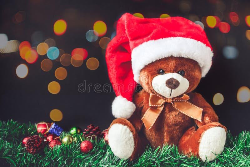 Miś i Santa kapelusz w bożych narodzeniach z pudełkiem piłki wewnątrz i prezenta obraz royalty free