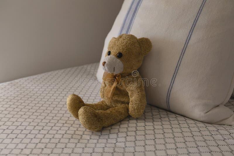 Miś na łóżku w sypialni w domu zdjęcia royalty free