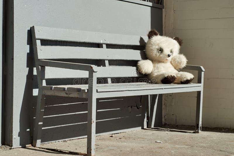 Miś siedzi na ławce zdjęcie stock