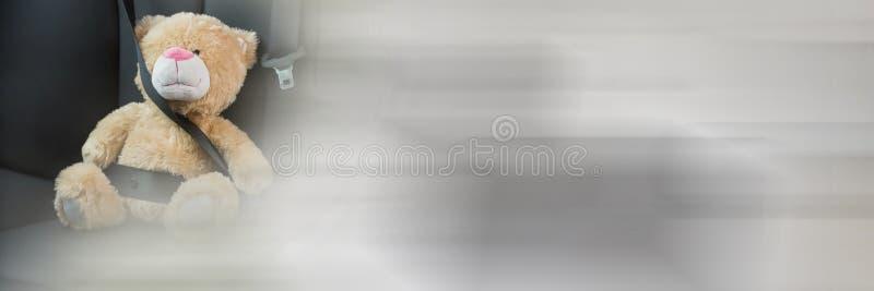 Miś w samochodzie z przemiana skutkiem zdjęcia stock