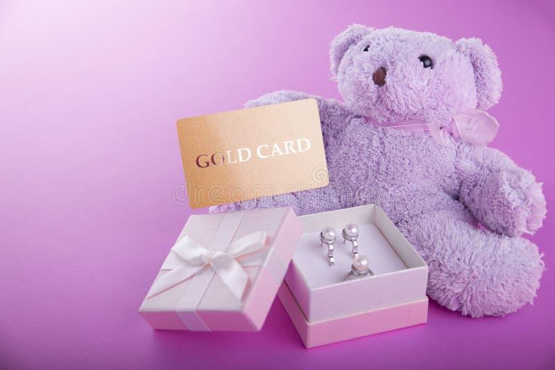 Miś z prezenta pudełkiem dla walentynka dnia na purpurowym tle zdjęcia stock