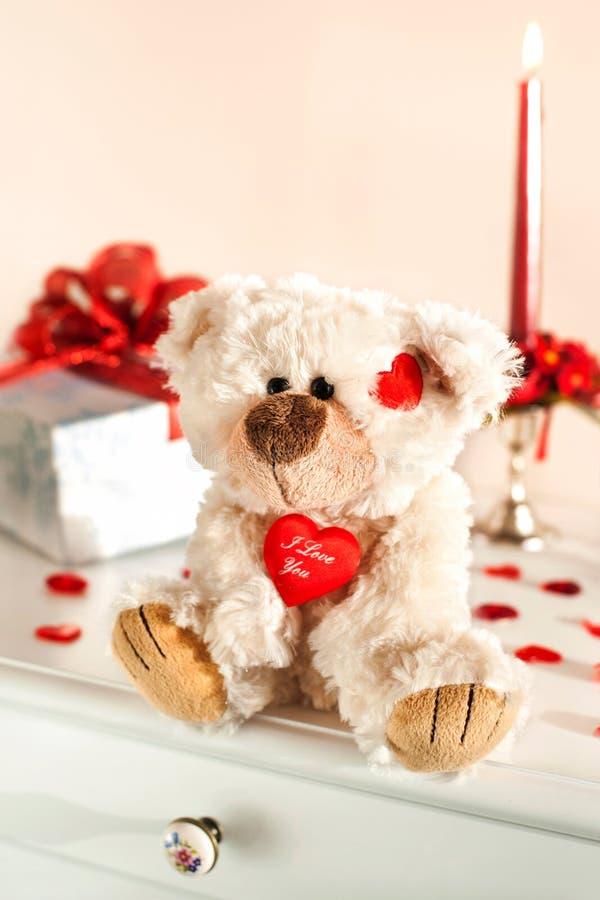 Miś zabawka i prezenta pudełko Walentynki ` s dnia niespodzianka fotografia royalty free
