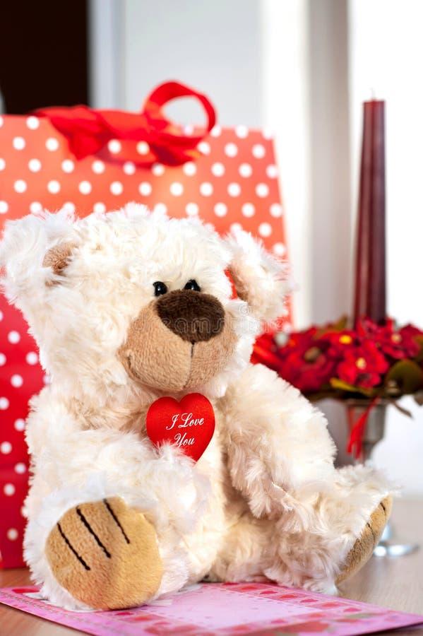 Miś zabawka i prezenta pudełko Walentynki ` s dnia niespodzianka zdjęcia royalty free