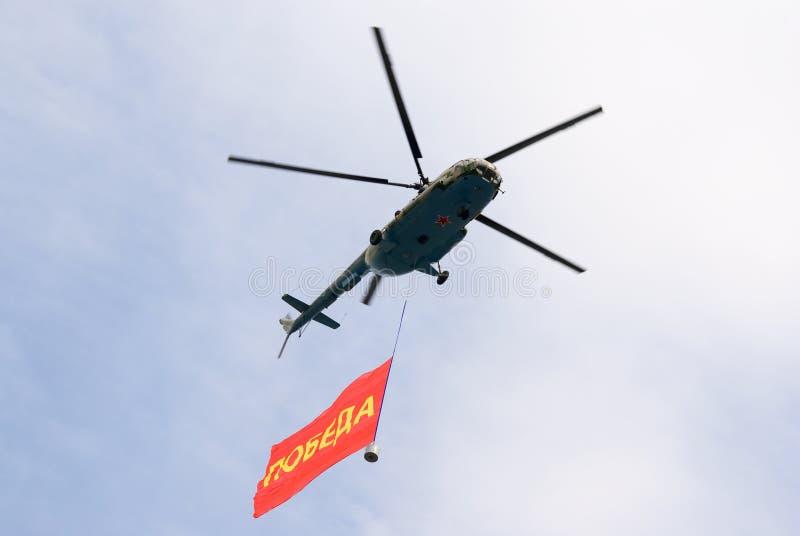 Mi-8 helikopter met de banner van de Overwinning stock foto