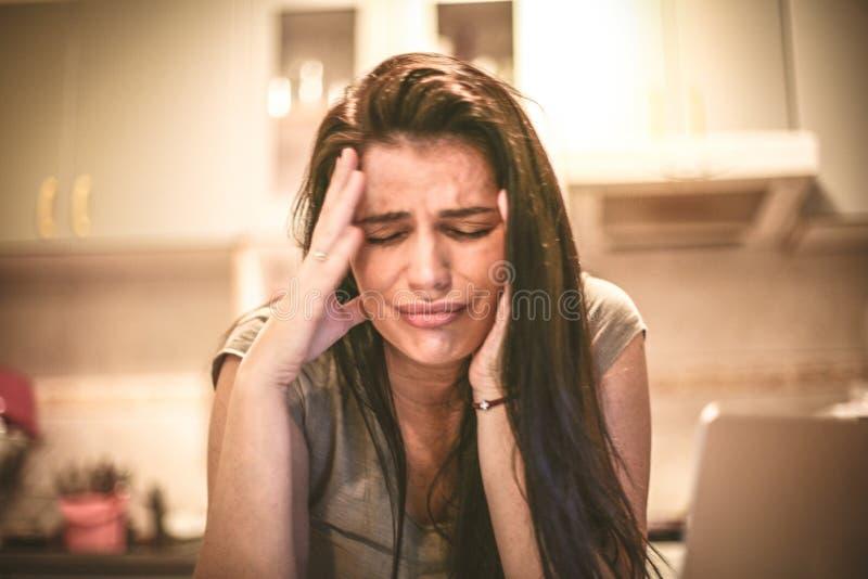 Mi cabeza es dolorosa para el negocio Mujer joven 15 imagen de archivo libre de regalías