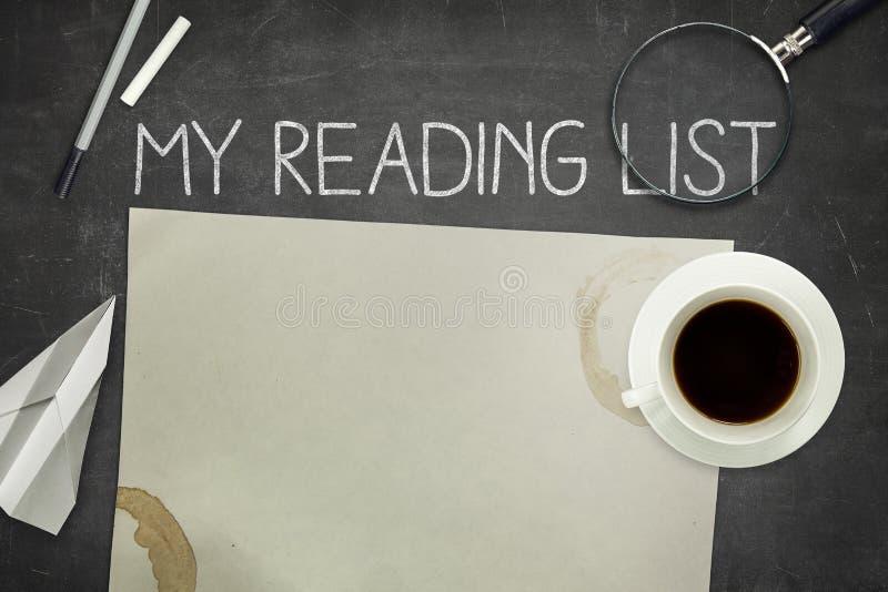 Mi concepto de la lista de lectura en la pizarra negra con fotos de archivo