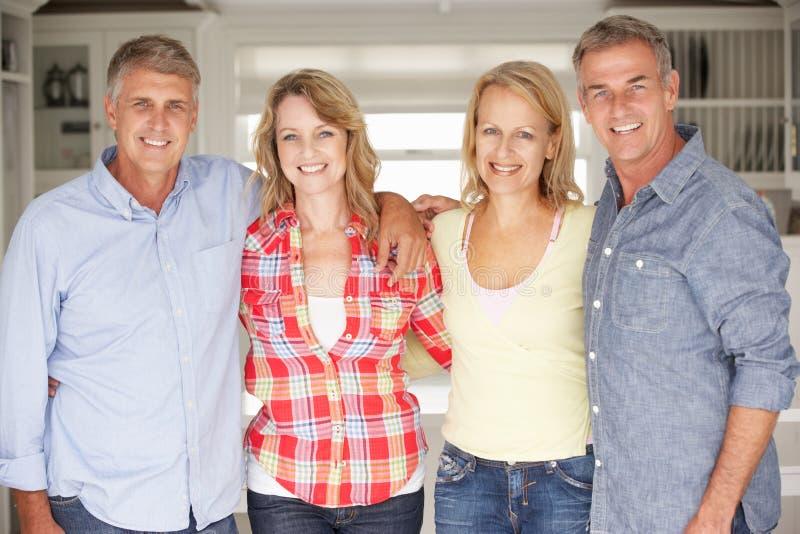 Mi couples d'âge à la maison image libre de droits