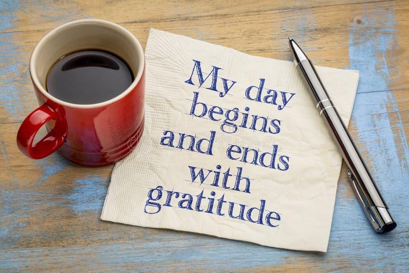 Mi día comienza y termina con gratitud imagenes de archivo
