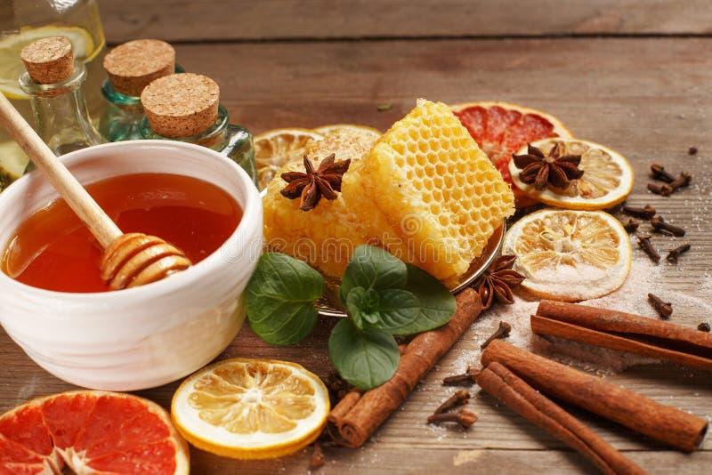 Mi?d, cynamon i wysuszone owoc na drewnianym stole, zdrowe je?? obrazy stock