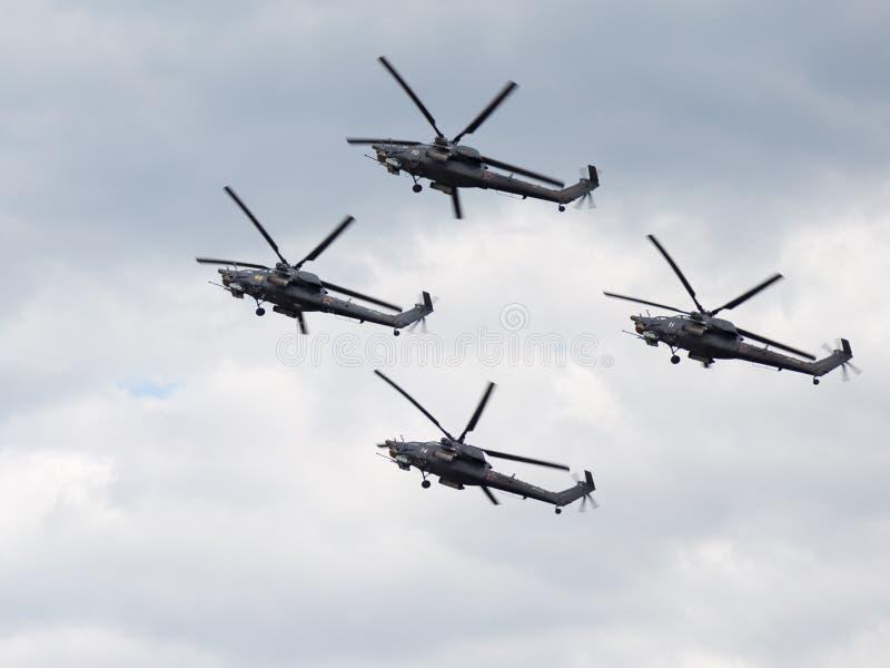 Mi-28 demonstruje aerobatics zdjęcia stock