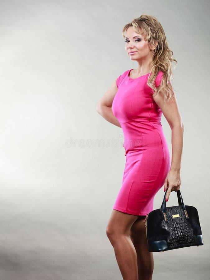 Mi femme âgée élégante dans la robe avec le sac photos libres de droits