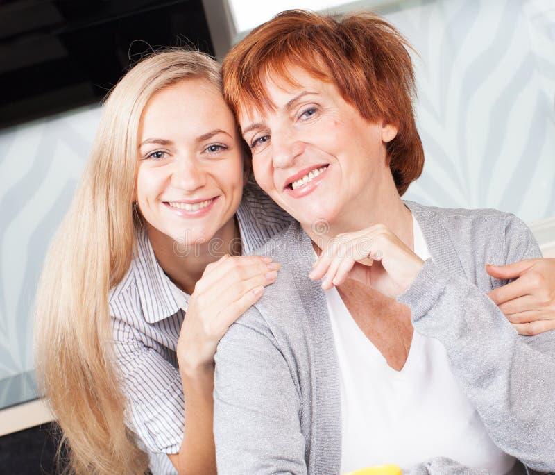 Mi femme avec la fille sur la cuisine photo libre de droits