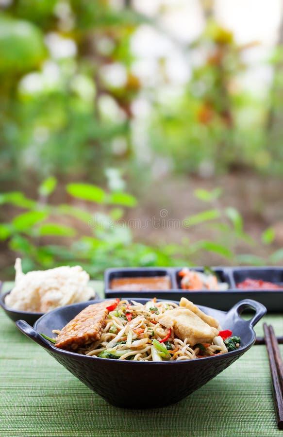 MI-goreng, mee goreng indonesische Küche, würziger Aufruhr briet Nudeln mit und Zusammenstellung von asiatischen Soßen stockfotos