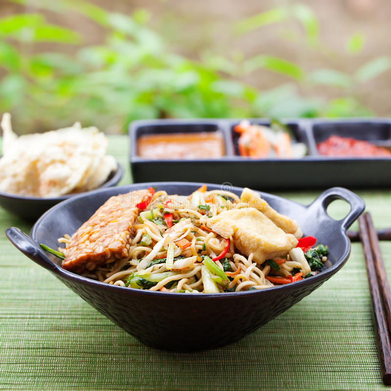 MI-goreng, mee goreng indonesische Küche, würziger Aufruhr briet Nudeln mit und Zusammenstellung von asiatischen Soßen lizenzfreie stockbilder