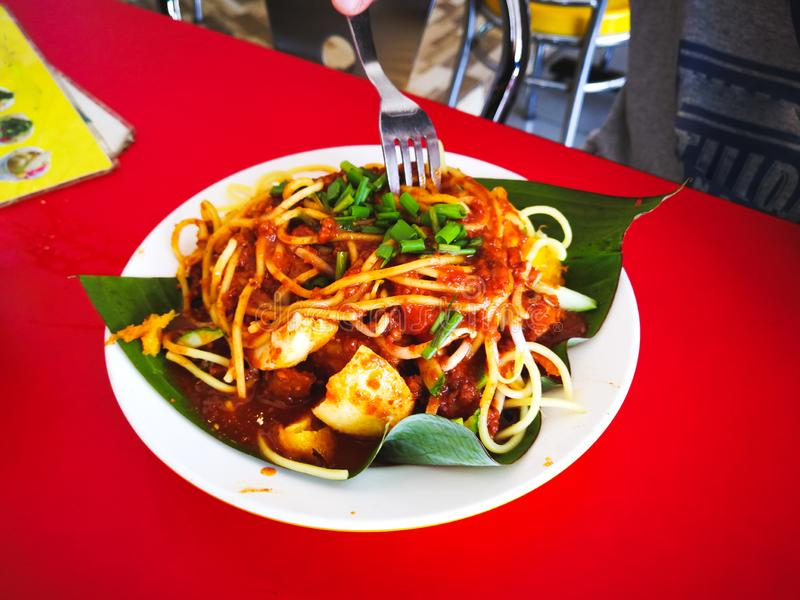 MI-goreng oder mee goreng mamak, indonesische und malaysische Küche, würzige gebratene Nudeln in einer Platte an einem Restaurant stockbilder