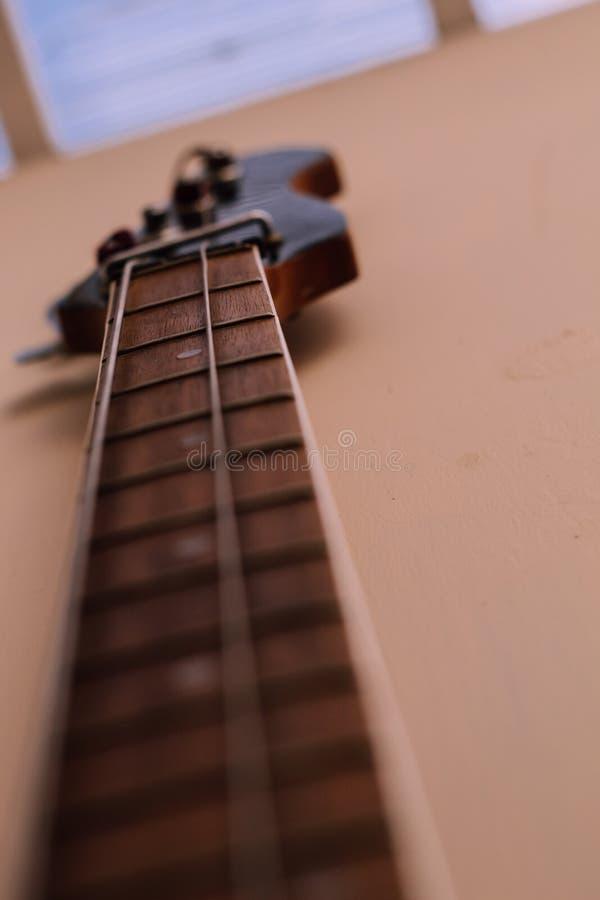 Mi guitarra que da música y sabor a mi vida foto de archivo libre de regalías