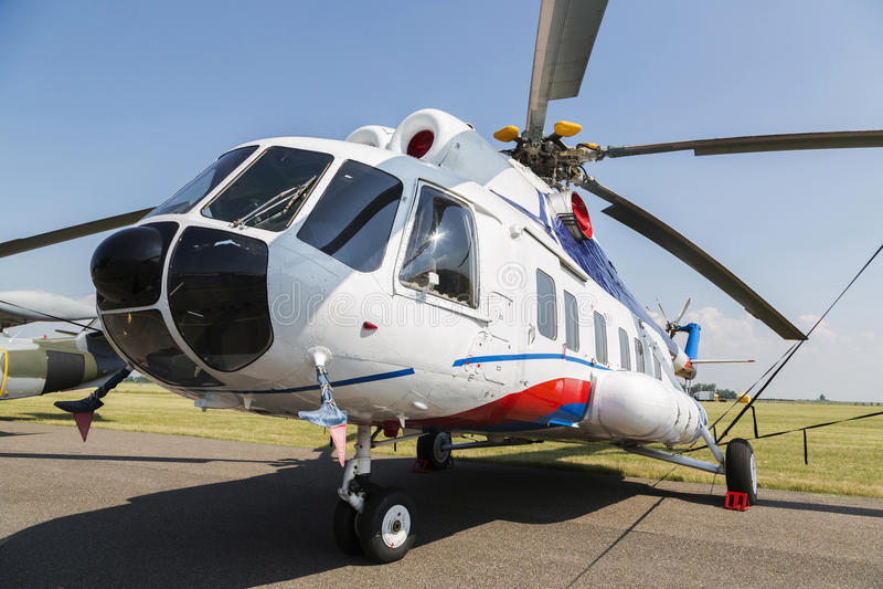 MI-8 helikopter w zielonej trawy polu zdjęcia royalty free