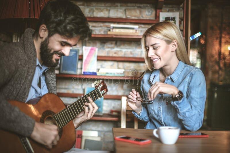 Mi hombre me juega en la guitarra me canta una canción de amor foto de archivo libre de regalías