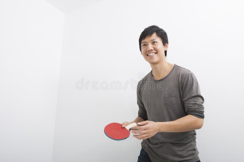 Mi homme adulte beau tenant la palette de ping-pong photos libres de droits