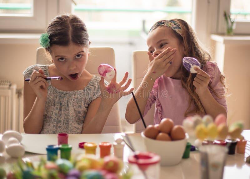 Mi huevo de Pascua es perfecto, yo no sabe porqué ella ríe fotografía de archivo