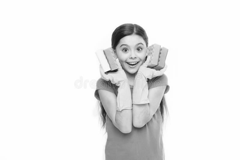 Mi?kki i kolorowy Ma?e gospodyni mienia naczynia g?bki w gumowych r?kawiczkach Urocza kuchenna gosposia Ma?y housemaid obraz stock