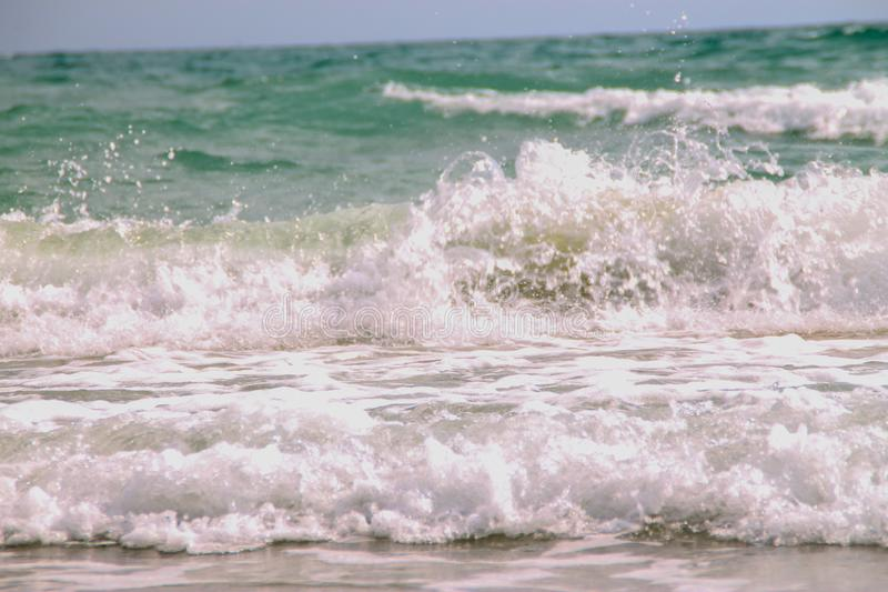 Mi?kkiej cz??ci fala b??kitny ocean na piaskowatej pla?y T?o zdjęcie royalty free