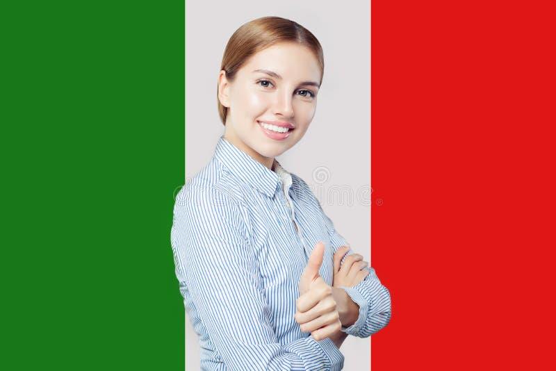 Mi?o?ci W?ochy poj?cie Szczęśliwa śliczna kobieta z włoszczyzny flagą obrazy stock