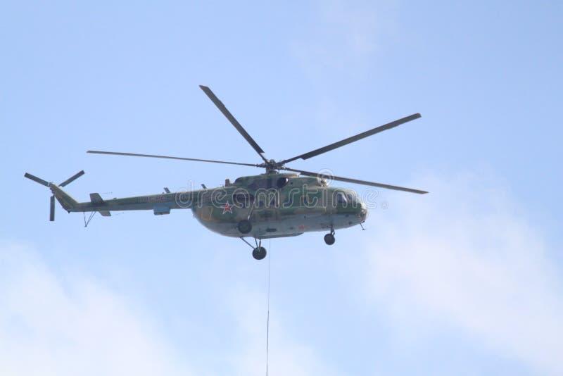 Mi-8 op Russische paradeoverwinning stock afbeelding