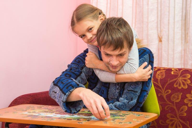 Mi papá abrazado hija es recoge el mosaico imagen de archivo libre de regalías