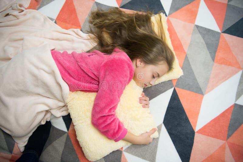 Mi propio dormitorio Partido de pijama Buenas noches Buenos días El día de los niños internacionales Pequeño niño de la muchacha  imagen de archivo