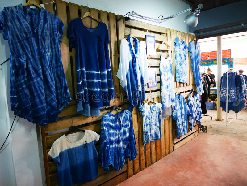 Mi ropa de teñido Mauhom i del batik del lazo de la casa de moda de la tienda de la ropa fotos de archivo