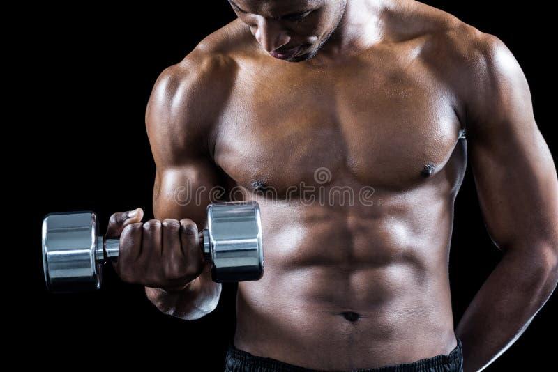 Mi section d'athlète musculaire s'exerçant avec l'haltère image stock