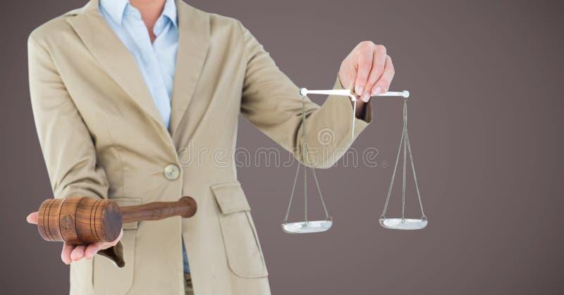 Mi section de juge féminin avec des échelles et marteau sur le fond brun photographie stock libre de droits