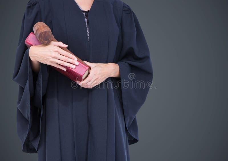 Mi section de juge féminin avec le livre et le marteau sur le fond gris image stock