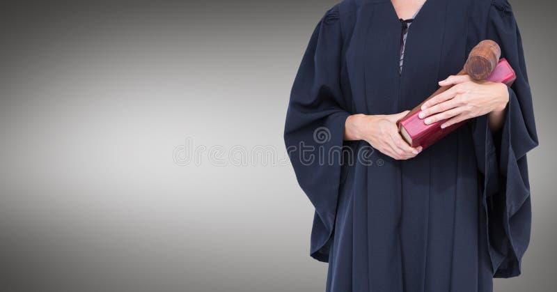Mi section de juge féminin avec le livre et le marteau sur le fond gris images libres de droits