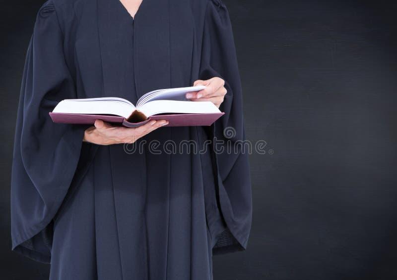 Mi section de juge féminin avec le livre ouvert contre le tableau de marine photos stock