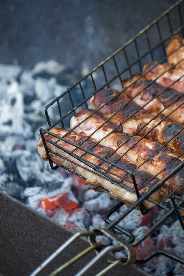 Mi?sny grill Kiełbasy z serem wirującym w bekonie na metalu piec na grillu w górę fotografia royalty free