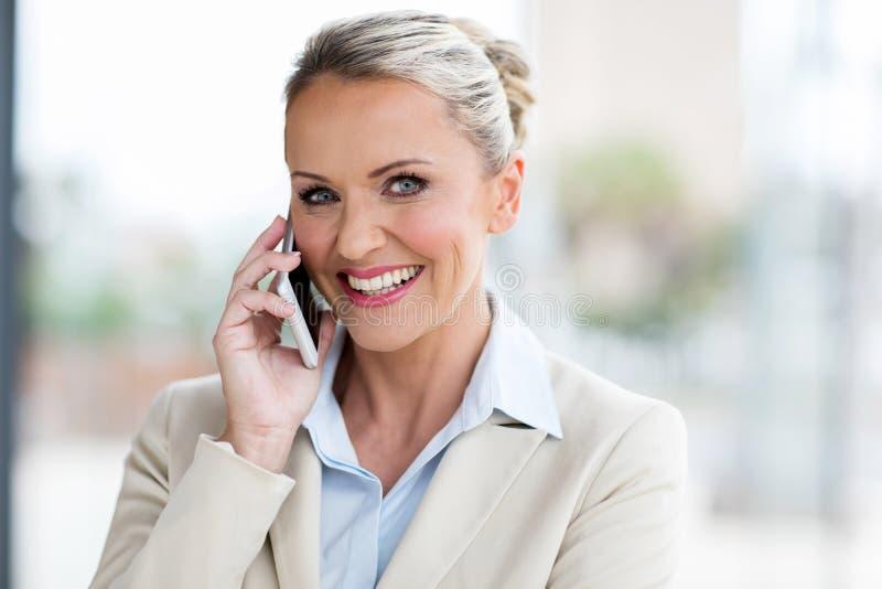 Mi téléphone portable de femme d'affaires d'âge photo libre de droits