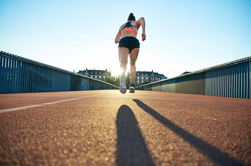 Mi vol attrapé par coureur femelle sportif maigre photographie stock libre de droits