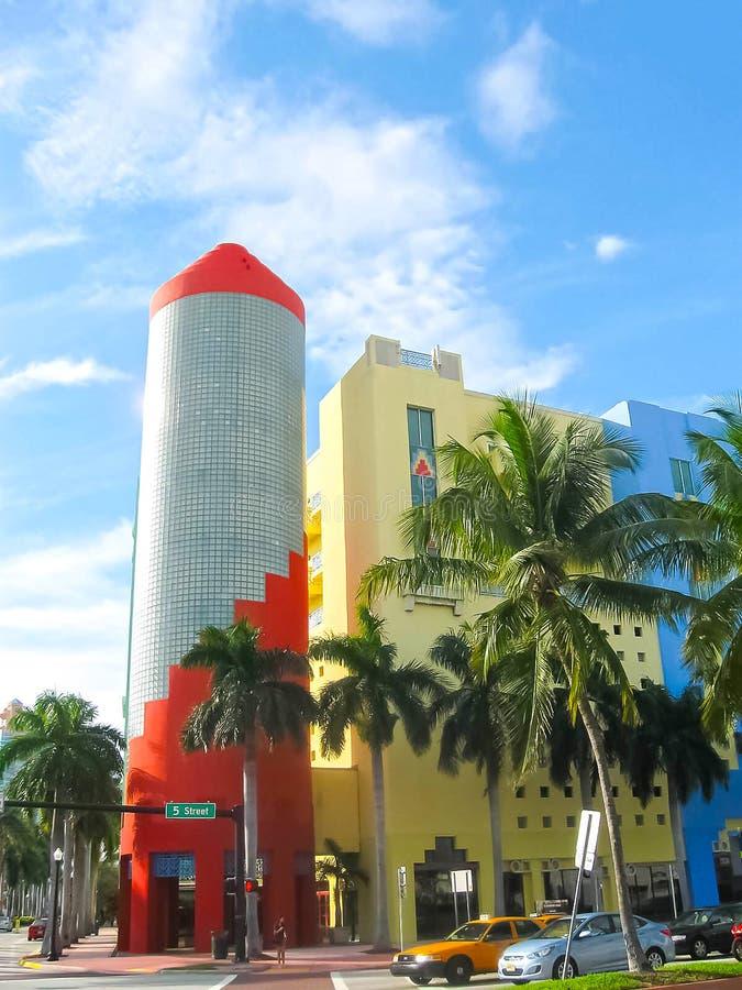 Miami Amerikas förenta stater - Januari 05, 2014: Den Lincoln Road shoppingboulevarden i Miami Beach arkivfoton